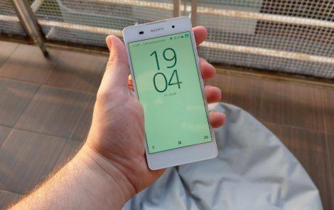Sony Xperia E5 to całkiem elegancki budżetowiec, ale czy w środku jest równie ciekawy? [TEST]