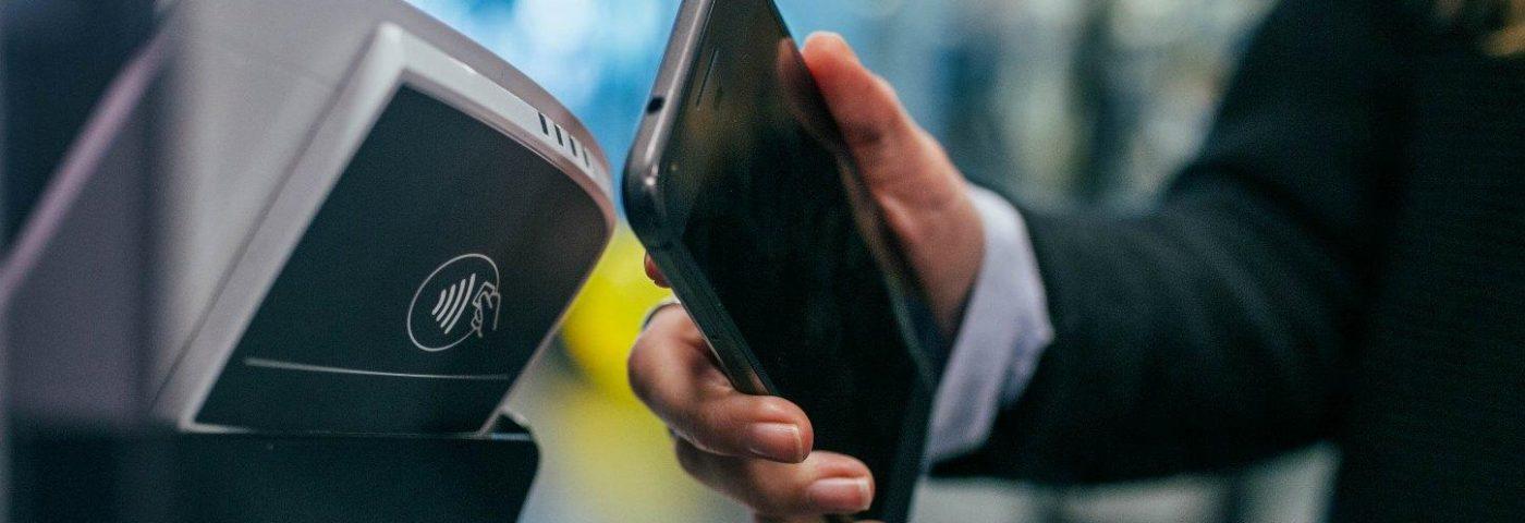 Czy w Polsce można już zostawić portfel w domu i wyjść tylko ze smartfonem? Nie do końca…