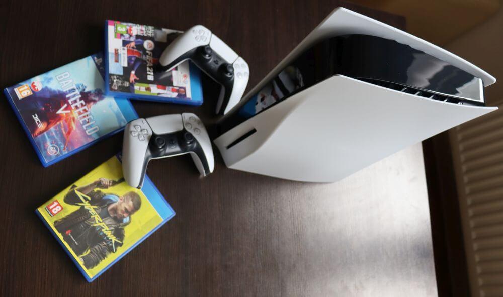 Konsola PS5 z dwoma padami, cyberpunkiem, fifą 21 i BF5